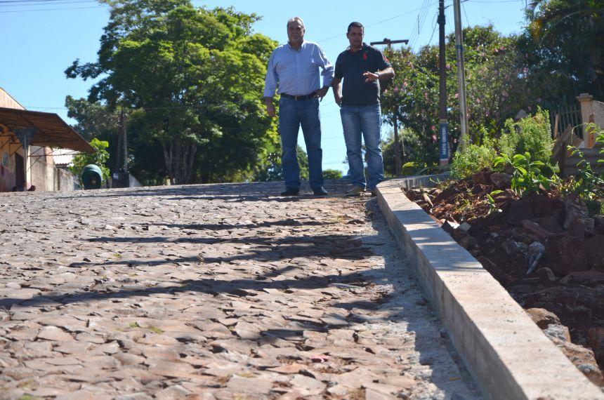 Meio fios são construídos em ruas da Vila Recife para evitar entrada de água das chuvas nas casas