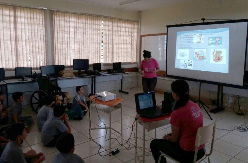 Palestra sobre saúde e higiene corporal para alunos da Escola Lucinéia Braciforte