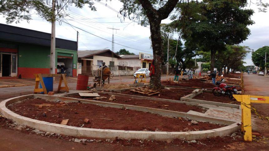 Mais um canteiro central da Avenida Ascânio Moreira de Carvalho está sendo revitalizado