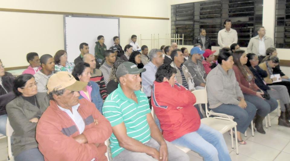 Aproximadamente 70 moradores do bairro Residencial Parque das Flores participaram dessa primeira reunião