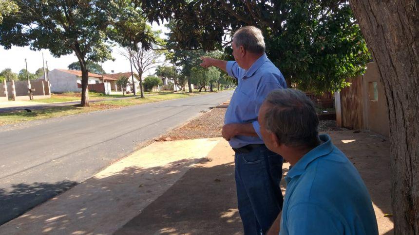 Prefeito Baco visitou Vila Recife, verificou como ficou a nova pavimentação e conversou com moradores