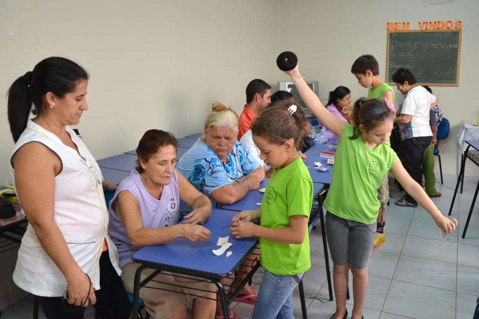 Os alunos da Escola Dr. Gentil ajudaram os participantes do Paraná Alfabetizado a confeccionarem os artesanatos