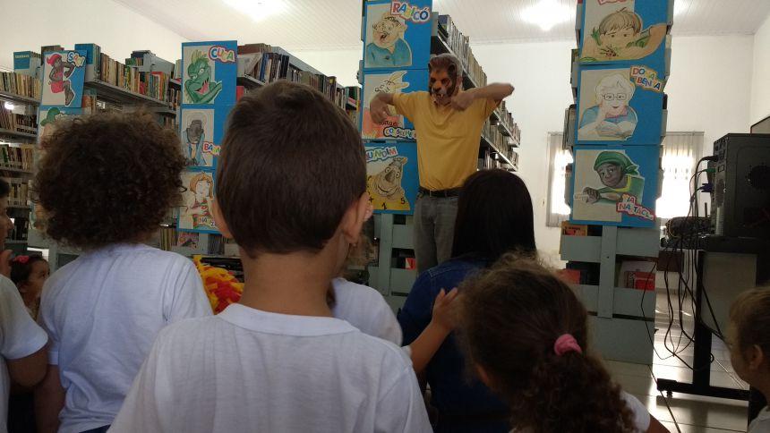 CMEI Nosso Lar comemora Dia do Livro com visita a Biblioteca Municipal
