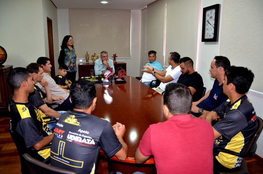 Kartistas ubiratanenses visitam prefeito Baco