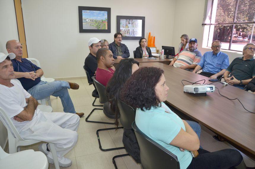 Representantes de estabelecimentos que comercializam e manipulam produtos de origem animal participam de reunião