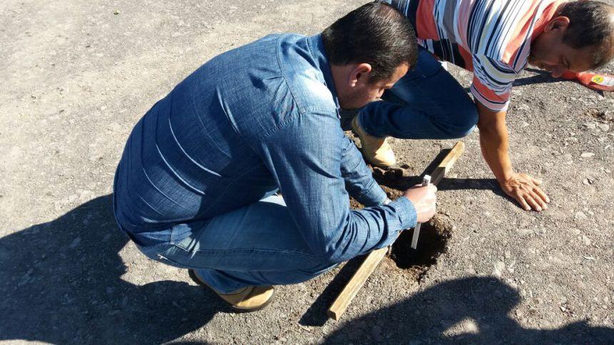 Administração Municipal vistoria espessura da pavimentação asfáltica dos novos loteamentos