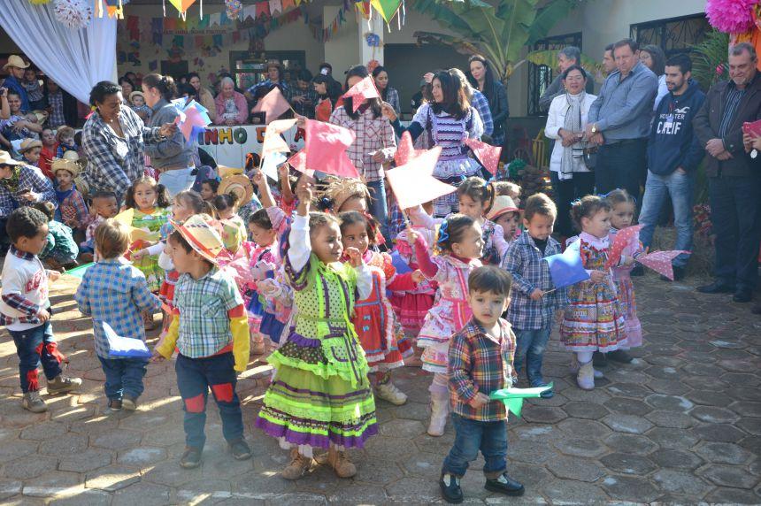 Crianças se divertem com a tradicional Festa Junina do CMEI Nosso Lar
