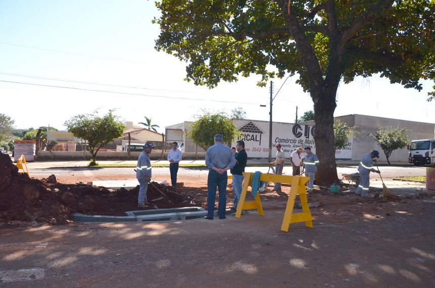 Prefeito Baco acompanha trabalhos para solucionar alagamentos na Avenida Yolanda