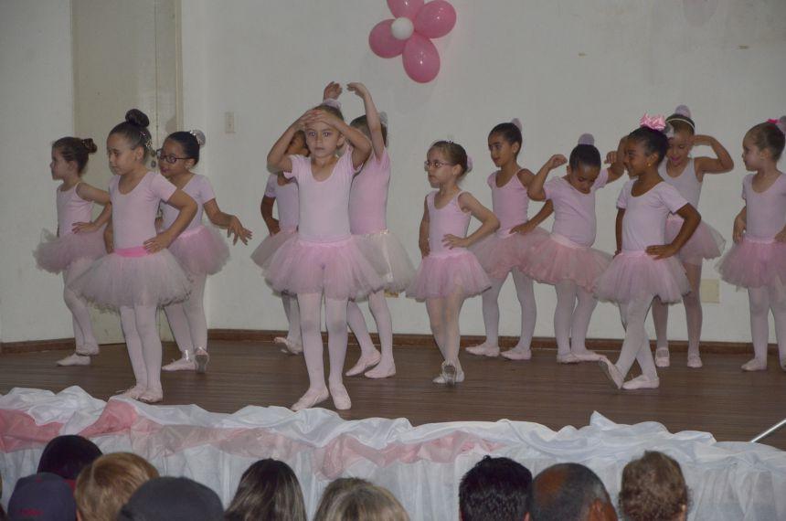 Apresentação de dança com alunos que participam de aulas no Centro Cultural