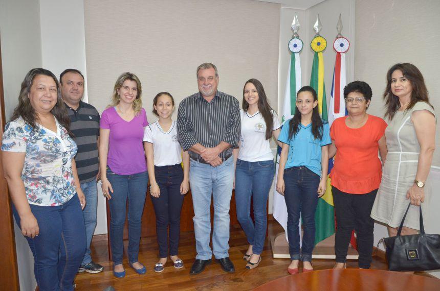 Prefeito Baco recebeu alunas de Ubiratã premiadas na Olimpíada de Língua Portuguesa