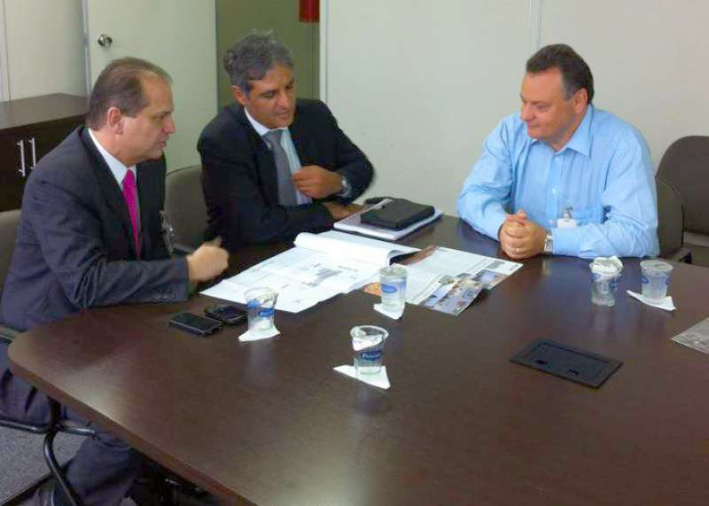 O prefeito de Ubiratã (dir.) apresentou o projeto da Unitá aos secretários Pepe Richa (centro) e Ricardo Barros (esq.)