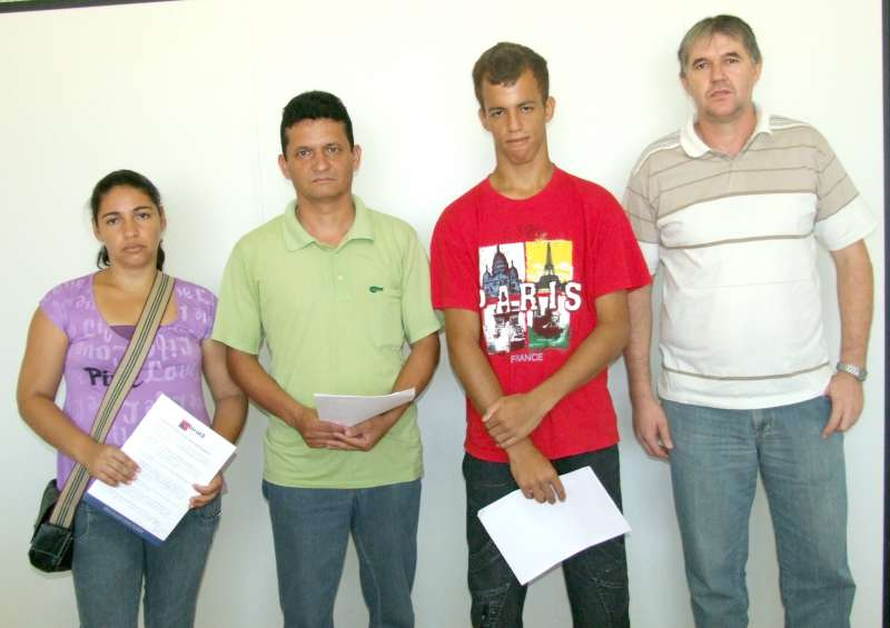 Secretário Neri Wanderlind com três dos servidores empossados nessa quarta-feira