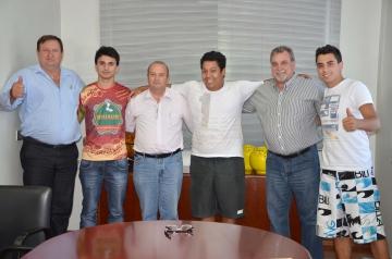 Prefeito Baco, vice Beraldo, vereador Harri e representantes dos blocos carnavalescos