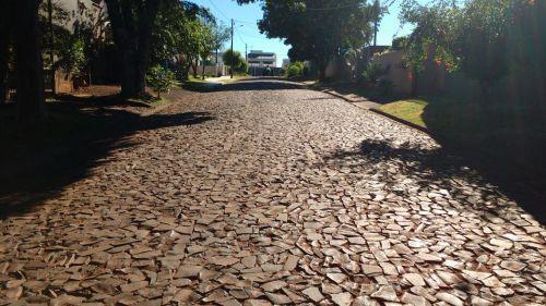 Rua em frente capela do Josefina I ganha pavimentação asfáltica sobre calçamento poliédrico