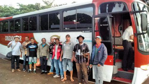 Agência do Trabalhador de Ubiratã envia 12 pessoas para trabalhar no raleio da maçã em Santa Catarina