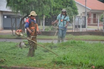 Profissionais da Secretaria de Serviços Urbanos realizam o corte de grama nas avenidas e bairros da cidade
