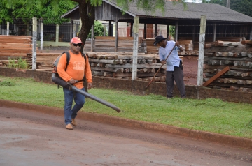 Além de cortar e rastelar também há um equipamento para aspirar os resíduos deixando as vias limpas