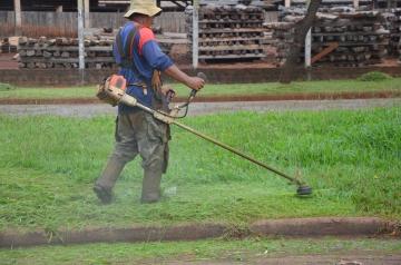 Em média, leva-se dois dias para cortar a grama de toda a extensão de uma avenida