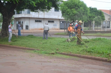 No momento a grama está sendo cortada na Avenida Ascânio Moreira de Carvalho
