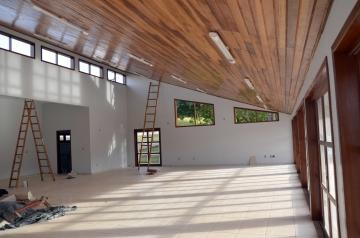 O espaço interno do Centro de Eventos é propício para a realização de reuniões e assembleias, entre outros