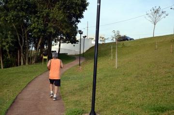 O local possui pista para caminhada e corrida, auxiliando dessa forma na melhoria da qualidade de vida do cidadão