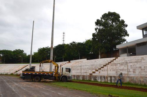 Instalados postes para novo sistema de iluminação no Estádio Claudinão