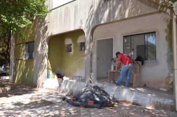 Do lado externo ainda falta a pintura da parede