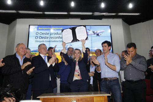 Governo desapropria área para o Aeroporto Regional do Oeste; Prefeito Baco participou do evento