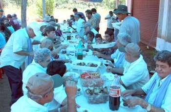 Os foliões comemoraram o fim da jornada durante o almoço