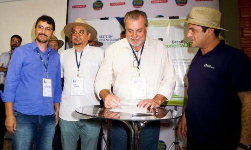 Prefeito Baco assina durante Show Rural convênio com o Programa Oeste em Desenvolvimento e ConectaDel