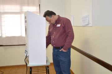 O ex-prefeito e atual superintendente da Cohapar, Fábio D'Alécio, votou no Colégio Santo Antônio