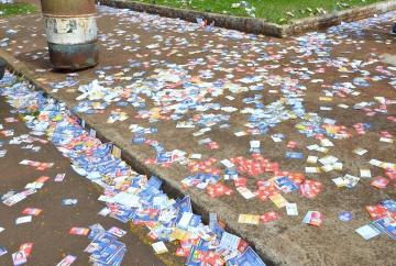 Em todos os locais de votação foram despejados nas ruas e canteiros material de campanha, o deixou a cidade com um visual desagradável