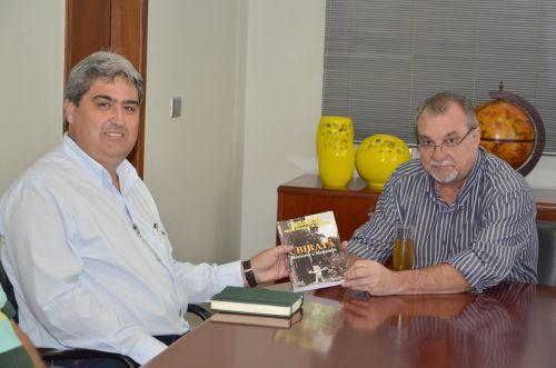 Prefeito Baco recebe novo gerente da Cooperativa Integrada