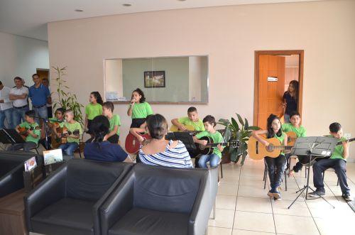 Alunos da Escola Dr. Gentil fazem apresentação para homenagear mães
