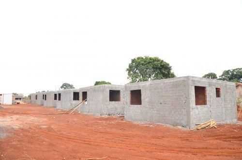 Construção de casas populares em andamento no Distrito de Yolanda