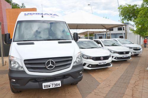 Quatro novos veículos fazem parte da frota municipal; prefeito Baco fez a entrega oficial na quinta-feira