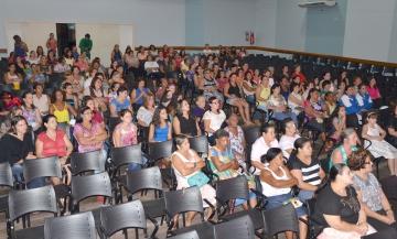 Centenas de mulheres participaram da homenagem que aconteceu no Anfiteatro do Colégio Carlos Gomes