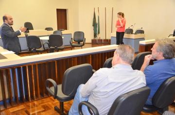 Prefeito Baco (Ubiratã) e prefeito Bento (Juranda) acompanharam atentamente a explanação do juiz