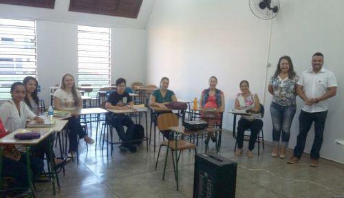 Professores recebem assessoramento de editora para trabalhar com material didático