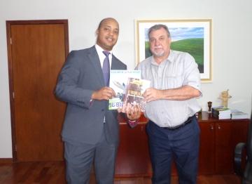 O delegado Luiz Claudio da Silva Alves recebeu um exemplar do livro História e Memória de Ubiratã e uma revista com ações realizadas pela administração municipal