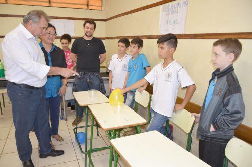 Feira de Ciências do Colégio Cecilia Meireles recebe visita do prefeito Baco