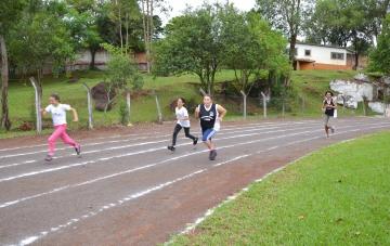 Os estudantes disputaram provas de corridas rasas, corridas de meio fundo, corridas de fundo