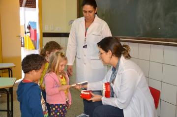 As crianças aprendem na prática o modo correto de escovar os dentes
