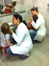 É desenvolvido com as crianças um trabalho voltado para a escovação dental supervisionada e aplicação de flúor