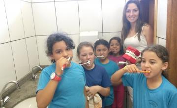 O município realiza a distribuição de escovas dentais para as crianças