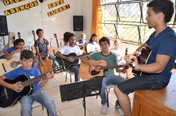 Todos os alunos da escola participam das aulas de música