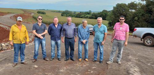 Prefeito, secretários e Itaipu acompanham andamento das obras de pavimentação poliédrica na Estrada Amazonas