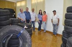 Prefeito Baco e assessores vistoriaram a seleção dos pneus que foram separados de acordo com suas especificações