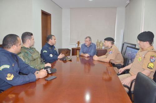 Oficiais da Marinha visitam prefeito Baco