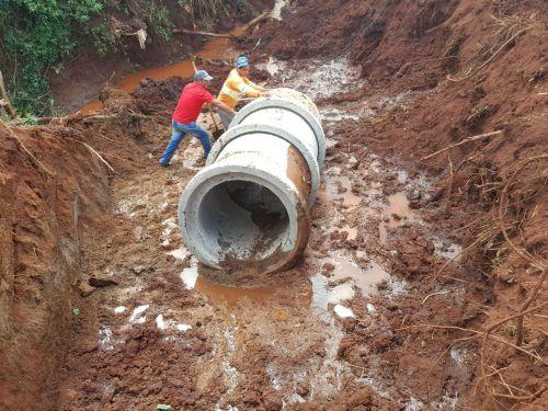 Para resolver antigo problema de erosão Administração Municipal constrói galerias pluviais em Yolanda